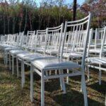 Cadeiras brancas de ferro para locação